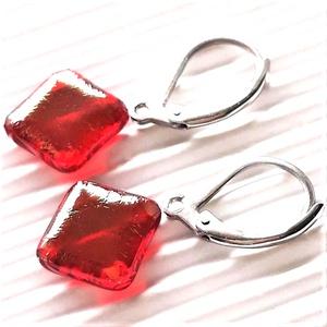 Aranyfényű rubin rombusz franciakapcsos üveg fülbevaló, ORVOSI FÉM akasztón, üvegékszer, Ékszer, Fülbevaló, Lógó fülbevaló, Ékszerkészítés, Üvegművészet, Meska