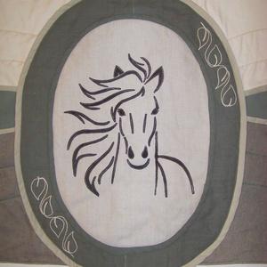 """""""My Horse"""" lovas falvédő, applikált bőr, zöld – barna – farmer patchwork, szabadkezes tűzéssel, puha és vastag, Otthon & Lakás, Lakástextil, Falvédő, Bőrművesség, Varrás, Stílusos, egyedi lesz tőle az egész szoba. Bármilyen bézs, barna, zöld, szürke kiegészítő jól illik ..., Meska"""