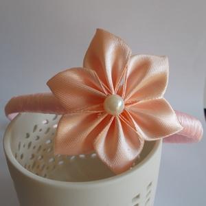 Hajpánt, Hajráf & Hajpánt, Hajdísz & Hajcsat, Ruha & Divat, Mindenmás, Rózsaszín hajpánt, virággal. Szatén szalagból készült. A Virág mérete 5,5cm, Kanzashi technikával ké..., Meska
