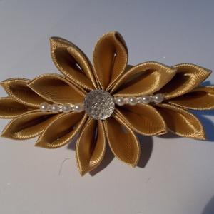 Díszes francia csat, Hajcsat & Hajtű, Hajdísz & Hajcsat, Ruha & Divat, Mindenmás, Ezt a francia csatra épülő virágot Kanzashi technikával készítettem. Arany színű szaténszalagból kés..., Meska