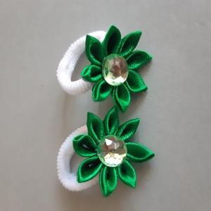 Zöld hajgumi, Táska, Divat & Szépség, Ruha, divat, Hajbavaló, Hajgumi, Mindenmás, Kanzashi technikával készült virágos hajgumi.\nMéretei: virág mérete 2,7cm, strassz mérete 1cm..., Meska