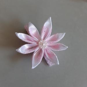 Csipkés csat, Ruha & Divat, Hajdísz & Hajcsat, Hajcsat & Hajtű, Mindenmás, Fehér szatén szalagból, rózsaszín csipkével készítettem Kanzashi technikával virágot, melyet egy kro..., Meska
