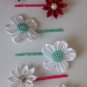 Virágok hullámcsaton, Hajcsat & Hajtű, Hajdísz & Hajcsat, Ruha & Divat, Mindenmás, Szatén szalagból készült virágok, Kanzashi technikával, melyeket színes hullámcsatra építettem.\nBord..., Meska