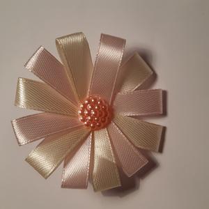 Virágos hajgumi, Ruha & Divat, Hajdísz & Hajcsat, Hajgumi, Mindenmás, Szatén szalagból készült hajgumi, közepén rózsaszín gyöngy díszíti. Rózsaszín és krém színű szalagbó..., Meska