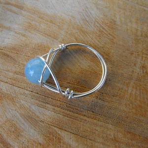 Kéklő akvamarin gyűrű, Ékszer, Gyűrű, Gyöngyös gyűrű, Ékszerkészítés, Fémmegmunkálás, 8 mm nagyságú akvamarin golyókból és rézmagos ezüstözött ékszerdrótból készítettem el a gyűrűt. Kézz..., Meska