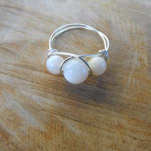 Kagylógyöngyös gyűrű, Ékszer, Gyűrű, Gyöngyös gyűrű, Ékszerkészítés, Fémmegmunkálás, 7 és 5 mm nagyságú kagylógyöngyökből és rézmagos ezüstözött ékszerdrótból készítettem el a gyűrűt. K..., Meska