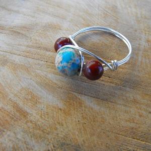 Jáspisok gyűrű, Ékszer, Gyűrű, Gyöngyös gyűrű, Ékszerkészítés, Fémmegmunkálás, 8 és 6 mm nagyságú jáspisokból és rézmagos ezüstözött ékszerdrótból készítettem el a gyűrűt. Kézzel ..., Meska