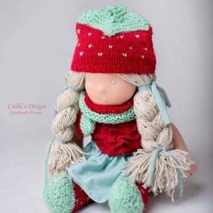Waldorf típusú baba epres ruhácskába öltözve , Játék & Gyerek, Baba & babaház, Öltöztethető baba, Baba-és bábkészítés, Hímzés, Meska