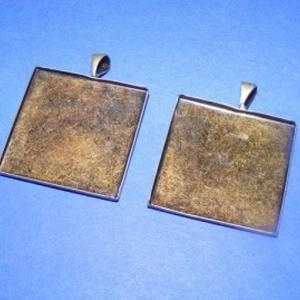 Medál alap (112. minta/1 db), Gyöngy, ékszerkellék,  Medál alap (112. minta) - szögletes - antik bronz színben  Mérete: 26x26x2 mmA belső mérete: 25x25 ..., Meska