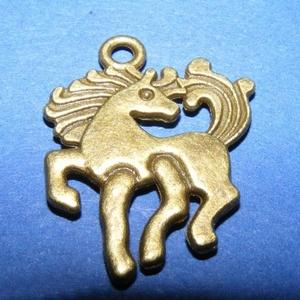 Medál (703. minta/1 db) - ló, Gyöngy, ékszerkellék, Ékszerkészítés, \nMedál (703. minta) - ló - bronz színben\n\nMérete: 23x19x2 mm\n\nAz ár egy darab termékre vonatkozik.\n..., Meska