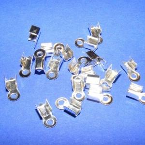 Bőrvég (431/B minta/1 db) - 9x4 mm, Gyöngy, ékszerkellék, Ékszerkészítés,  Bőrvég (431/B minta) - ezüst színben  Mérete: 9x4 mm Befogó rész: 4x4x3,5 mm A furat mérete: 2 mm..., Alkotók boltja