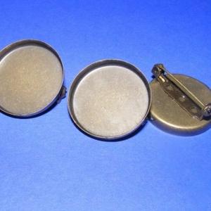 Kitűző alap (403. minta/1 db) - bross, Gyöngy, ékszerkellék, Ékszerkészítés, \nKitűző/boss alap (403. minta) - kerek - antik bronz színben\n\nMérete: 26 mm\r\nA belső mérete: 25 mm\r\n..., Meska