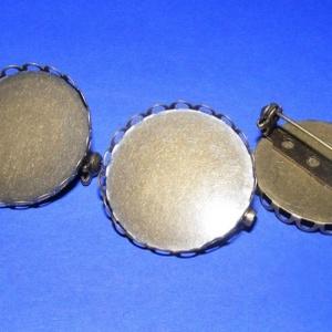 Kitűző alap (405. minta/1 db) - bross, Gyöngy, ékszerkellék, Ékszerkészítés, \nKitűző/bross alap (405. minta) - kerek - bronz színben\n\nMérete: 26 mm\r\nA belső mérete: 25 mm\r\nA bro..., Meska