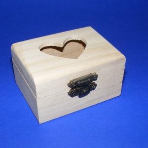 Mini fadoboz (8x6x4,5 cm/1 db) - szívecskés, Fa,  Mini fadoboz - szívecskés - szerelt  Mérete: 8x6x4,5 cmAnyaga: natúr fa, nem pácolt, nem kezelt  Az..., Meska