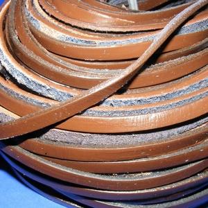 Lapos bőrszíj - 6x2,5 mm (9. minta/1 m) - sötétbarna, Vegyes alapanyag, Egyéb alapanyag,  Lapos bőrszíj (9. minta) - tekercses - sötétbarna  Mérete: 6x2,5 mm átmérőjűValódi hasított marhabő..., Meska
