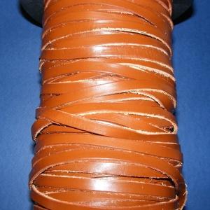 Lapos bőrszíj - 7x2 mm (3. minta/1 m) - barna, Vegyes alapanyag, Egyéb alapanyag,  Lapos bőrszíj (3. minta) - tekercses - lapos - barna  Mérete: 7x2 mmValódi hasított marhabőrből kés..., Meska