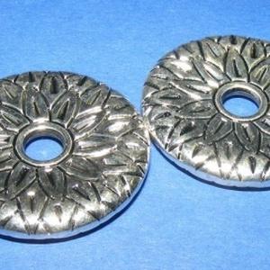 Felületkezelt műanyag köztes-30 (díszes tárcsa/1 db), Gyöngy, ékszerkellék,  Felületkezelt műanyag köztes-30 - díszes tárcsa  Mérete: 32 mm (a furat méret 5 mm) Az ár 1 db alk..., Meska