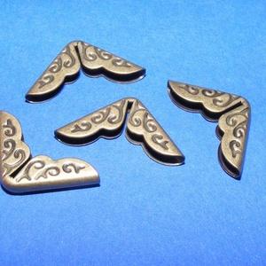 Fémsarok (7. minta/1 db) - 14x14 mm, Csat, karika, zár,  Fémsarok (7. minta) - bronz színben - díszes    Elsősorban könyvek, albumok sakainak dekorálásáho..., Meska