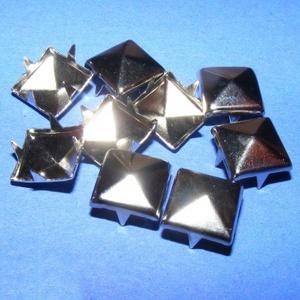 Fém szegecs (1/A minta/1 db) - piramis, Csat, karika, zár, Mindenmás, \nFém szegecs (1/A minta) - piramis - platinum színben\n\nMérete: 10x10x7 mm\n Az ár egy darab szegecsre..., Meska