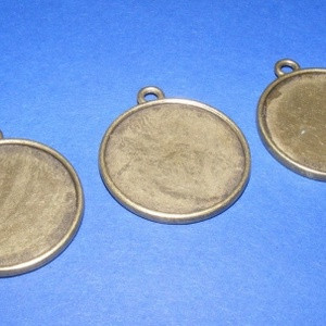 Medál alap (108. minta/1 db), Gyöngy, ékszerkellék, Ékszerkészítés, \nMedál alap (108. minta) - kerek - antik bronz színben\n\nMérete: 35x30x2 mmA belső mérete: 27 mm \n\nAz..., Meska