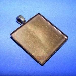 Medál alap (162/2. minta/1 db), Gyöngy, ékszerkellék, Ékszerkészítés, \nMedál alap (162/2. minta) - szögletes - antik bronz színben\n\nMérete: 26x26x3 mmA belső mérete..., Meska