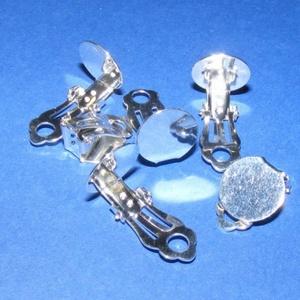 Fülbevaló alap (258. minta/2 db), Gyöngy, ékszerkellék, Ékszerkészítés, \nFülbevaló alap (258. minta) - klipszes - ezüst színben\n\nMérete: 18x12 mm\r\nA ragasztható tárcsa mére..., Meska