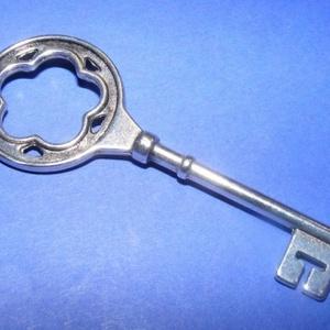 Medál (552. minta/1 db) - kulcs, Gyöngy, ékszerkellék,  Medál (552. minta) - kulcs - antik ezüst színben  Mérete: 77x26x3 mm  Az ár egy darab termékre vona..., Meska