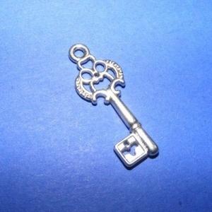 Medál (594. minta/1 db) - kulcs, Gyöngy, ékszerkellék, Ékszerkészítés, \nMedál (594. minta) - kulcs - ezüst színben\n\nMérete: 28x12x2 mmAz ár 1 db termékre vonatkozik.\n..., Meska