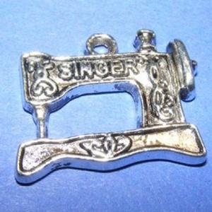 Medál (654. minta/1 db) - Singer varrógép, Gyöngy, ékszerkellék,  Medál (654. minta) - Singer varrógép - ezüst színben  Mérete: 20x18x2mm  Az ár egy darab termékre v..., Meska