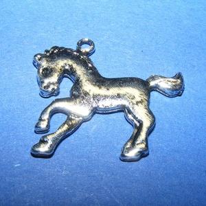 Medál (705. minta/1 db) - ló, Gyöngy, ékszerkellék,  Medál (705. minta) - ló - antik ezüst színben  Mérete: 27x24x2 mm  Az ár egy darab termékre vonatko..., Meska