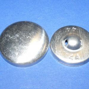 Fém gomb alap (4. méret/1 db), Gomb, Varrás, \nFém gomb alap (4. méret)\n\nA csomag tartalma 1 darab behúzható fém (alumínium) gomb alap (alsó és fe..., Meska
