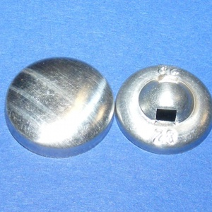 Fém gomb alap (8. méret/1 db), Gomb, Varrás, \nFém gomb alap (8. méret)\n\nA csomag tartalma 1 darab behúzható fém (alumínium) gomb alap (alsó és fe..., Meska