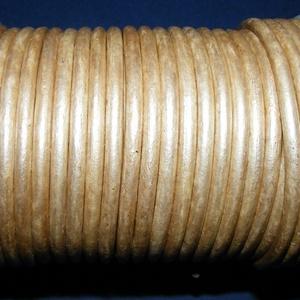 Hasított bőrszíj - 5 mm (21. minta/1 m) - metál krém (AKCIÓS), Egyéb alapanyag, Vegyes alapanyag, Bőrművesség, \nHasított bőrszíj (21. minta) - metál krém - AKCIÓSMérete: 5 mm átmérőjűValódi hasított marhabőrből ..., Meska