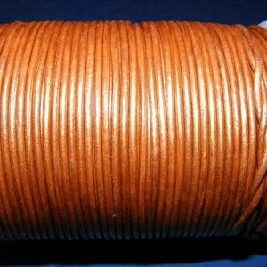 Hasított bőrszíj - 2 mm (17. minta/1 m) - óarany (metál), Egyéb alapanyag, Vegyes alapanyag, Bőrművesség, \nHasított bőrszíj (17. minta) - tekercses - óarany (metál)\n\nMérete: 2 mm átmérőjű\r\nValódi hasított m..., Meska
