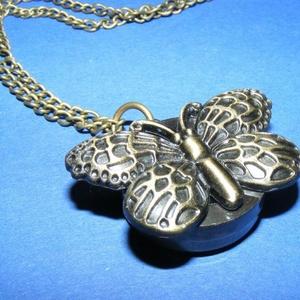 Ékszeróra (pillangó minta/1 db) - láncos, Órakészítés,  Ékszeróra - pillangó motívummal - láncos - antik bronz színben  Az óra nyitható fedelű, üzemképes, ..., Meska