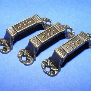 Fém fogantyú-4 (1 db) - antik bronz, Csat, karika, zár, Mindenmás, \nFém fogantyú-4 - antik bronz\n\nMérete: 4x0,6 cmRögzítő rész: 1 cmFurat: 3 mmMagassága: 1 cm\n\nAz ár e..., Meska