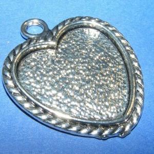 Medál alap (164/A minta/1 db), Gyöngy, ékszerkellék, Ékszerkészítés, \nMedál alap (164/A minta) - szív alakú - antik ezüst színben\n\nMérete: 38x32x2 mmA belső mérete: 25x2..., Meska