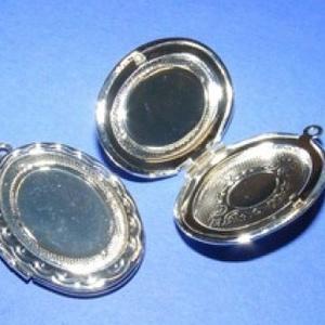 Zárható medál (2 minta/1 db), Gyöngy, ékszerkellék, Ékszerkészítés,  Zárható medál (2 minta/1 db) - ovális - ezüst színben  A medál szétnyitható, a belső részébe is te..., Alkotók boltja
