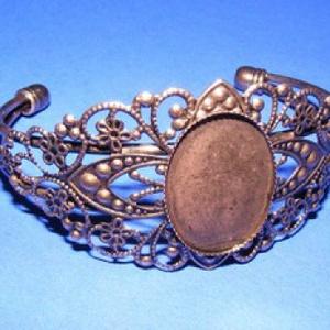 Fém karkötő alap (15. minta/1 db) - réz (18x25 mm), Gyöngy, ékszerkellék,  Fém karkötő alap (15. minta) - egy tárcsás - réz színben  Mérete: 68x54x35 mm (karperec)A tárcsa mé..., Meska