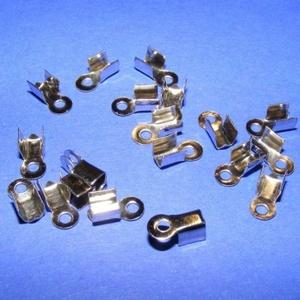 Bőrvég (5 minta/1 db) - 9x4 mm, Gyöngy, ékszerkellék, Ékszerkészítés, \nBőrvég (5 minta) - nikkel színben\n\nMérete: 9x4 mm Befogó rész: 4x4x3,5 mm\r\nA furat mérete: 2 mm\n\nAz..., Meska