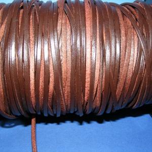 Lapos bőrszíj - 3x2 mm (7. minta/1 m) - barna, Egyéb alapanyag,  Lapos bőrszíj (7. minta) - tekercses - szögletes - barna  Mérete: 3x2 mm átmérőjű  Valódi hasított ..., Meska