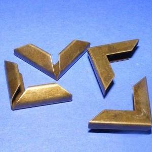 Fémsarok (3. minta/1 db) - 16x16 mm, Csat, karika, zár, Mindenmás, \nFémsarok (3. minta) - bronz színben\n\r\n\r\n\nElsősorban könyvek, albumok sakainak dekorálásához ajánlju..., Meska
