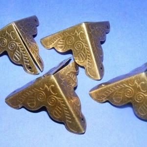 Fémsarok (19. minta/1 db) - 26x26 mm, Csat, karika, zár, Mindenmás, \nFémsarok (19. minta) - antik bronz színben - díszes - doboz sarok\n\r\n\r\n\nElsősorban könyvek, albumok ..., Meska