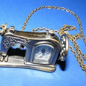 Ékszeróra (varrógép) - láncos, Órakészítés,  Ékszeróra - varrógép - láncos - antik bronz színben  Az óra üzemképes, elemmel ellátott.  Mérete: 4..., Meska