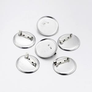 Kitűző alap (410. minta/1 db) - jelvény, Gyöngy, ékszerkellék,  Bross/jelvény alap (410. minta) - kerek - nikkel színben  Mérete: 35x7 mmBelső méret: 34 mm  Az ár ..., Meska