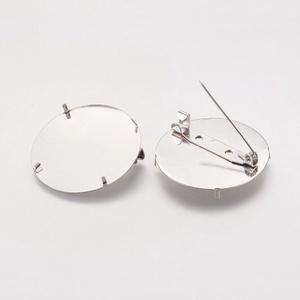 Kitűző alap (410/D. minta/1 db) - jelvény, Gyöngy, ékszerkellék,  Bross/jelvény alap (410/D. minta) - kerek - nikkel színben  4db rögzítő tüskével.  Mérete: 28 mm  A..., Meska