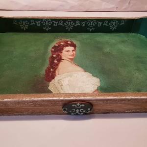 Sissi tálca, Otthon & lakás, Konyhafelszerelés, Tálca, Sokan szeretik Sissit. Egy igazán méltó díszítésű tálca készült a képével. Pácoltam és festettem, st..., Meska