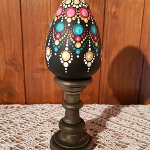 Esztergált, díszített fatojás, Otthon & Lakás, Dekoráció, Asztaldísz, Festett tárgyak, 22cm magas, egybe esztergált, gyönyörű tojás alap pontozással díszítve. Fekete alapra, fehér, rózsas..., Meska