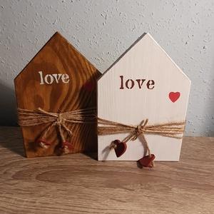 Valentin napi házikó alakú páros fa dísz, Otthon & Lakás, Dekoráció, Dísztárgy, Festett tárgyak, 10x15x1cm egyedi páros, aszatali dísz, fehér és fa színben, love felirattal, kis szívecskével. Házik..., Meska