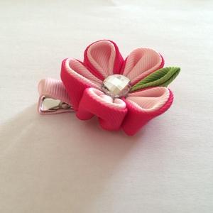Kanzashi virágos hajcsat (rózsaszín-pink), Táska, Divat & Szépség, Hajbavaló, Ruha, divat, Hajcsat, Mindenmás, Varrás, Ezt az aranyos virágot szalagból készítettem, 4,5 cm-es aligátor hajcsatra helyeztem el. A hajcsatot..., Meska